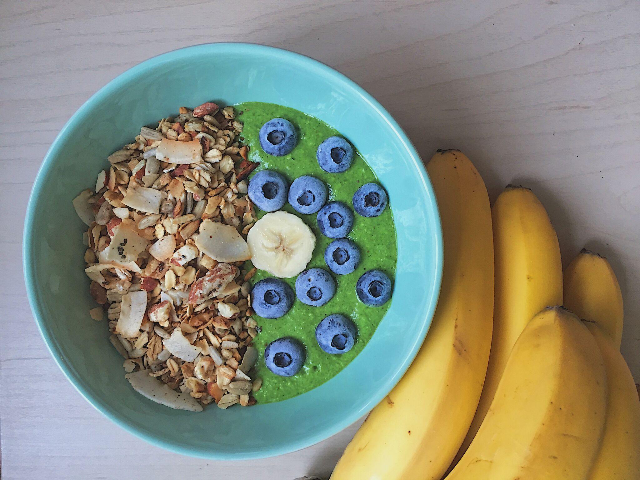 Creme de banana com espinafre, granola e blueberries