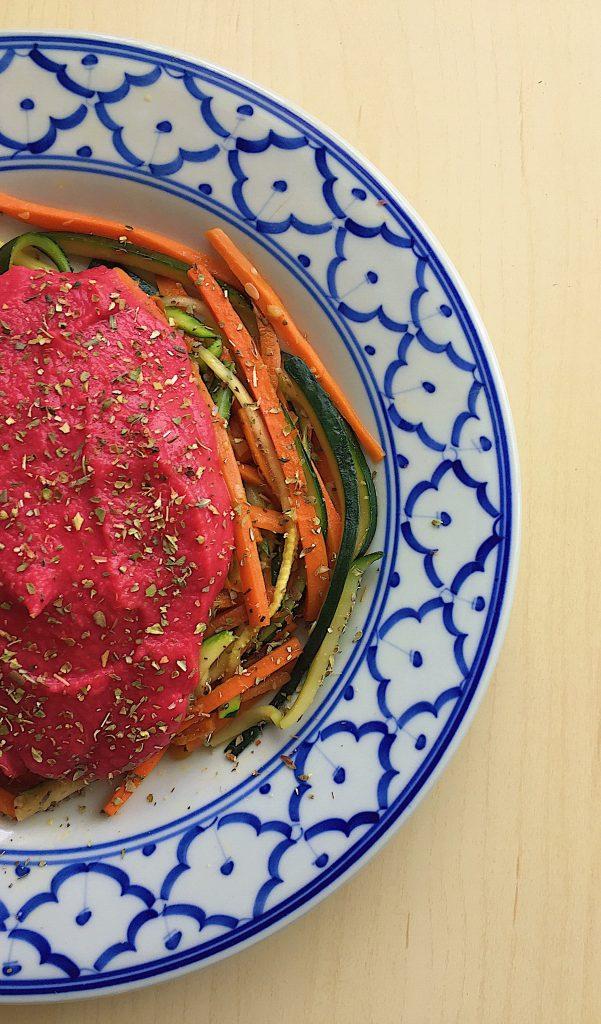 Espaguete de legumes com molho de feijão branco e beterraba
